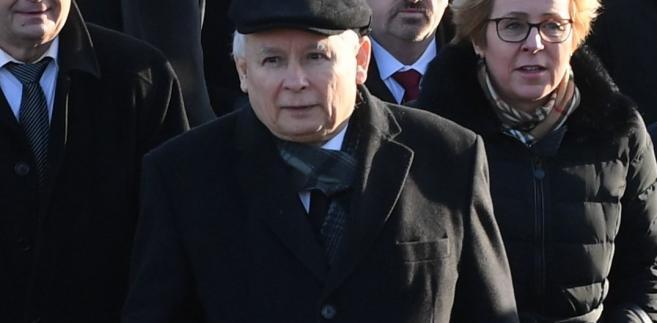 """Kaczyński pytany o to, jakim człowiekiem był Olszewski odparł, że """"to był człowiek bardzo specyficzny"""". """"Człowiek, któremu natura dała cechy dające pewną przewagę nad innymi (...). Było w nim coś takiego majestatycznego, ale kiedy się go bliżej poznało, to był to sympatyczny człowiek, z którym można było sobie miło, a często wesoło rozmawiać"""" - powiedział."""
