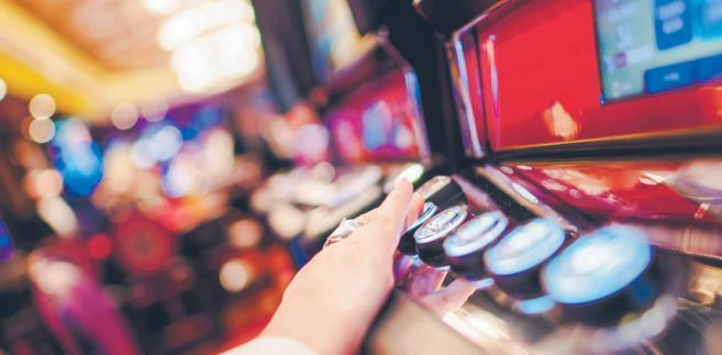 Penalizacja hazardu – a nawet jego pozorów – bez wymaganej koncesji z art. 107 k.k.s. miała przeciwdziałać praniu pieniędzy. W praktyce orzeczniczej pojawiły się problemy.