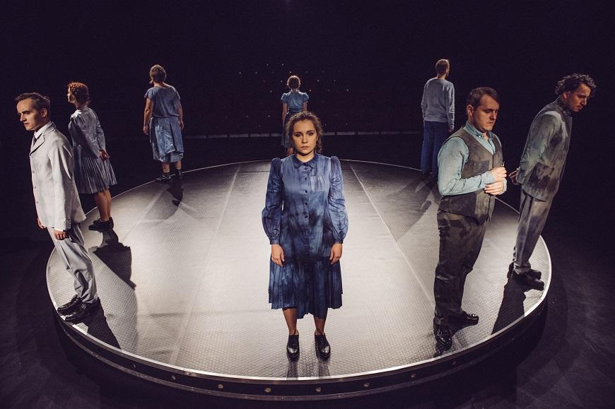 """Witold Gombrowicz """"Ferdydurke"""" - Teatr Powszechny im. Jana Kochanowskiego w Radomiu, fot. Kamil Strudzinski"""