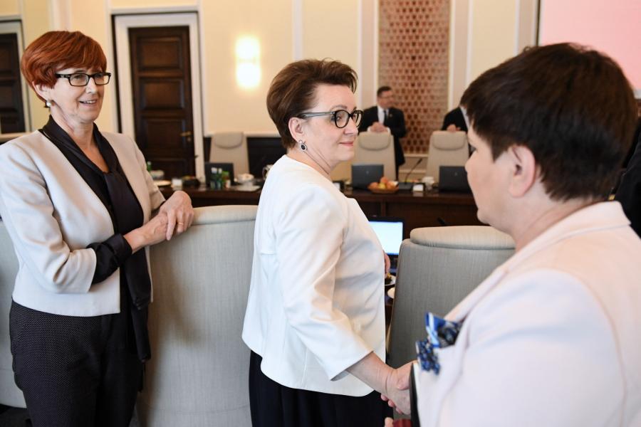 Minister rodziny, pracy i polityki społecznej Elżbieta Rafalska (L), minister edukacji Anna Zalewska (C) oraz wicepremier, przewodnicząca Komitetu Społecznego Rady Ministrów Beata Szydło