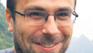 Ariel Ciechański, adiunkt w Instytucie Geografii i Zagospodarowania Przestrzennego im. Stanisława Leszczyckiego PAN, specjalizuje się w tematyce geografii transportu i wykluczenia transportowego. Autor m.in. publikacji z zakresu przekształceń własnościowych przedsiębiorstw transportowych, rozwoju i regresu kolei oraz geografii turyzmu