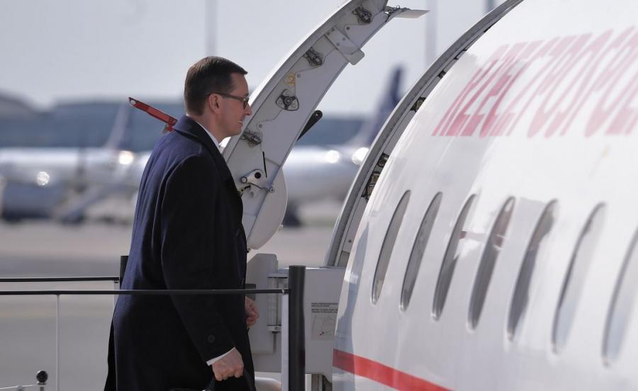 Premier Mateusz Morawiecki na warszawskim lotnisku przed wylotem do Brukseli