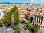 <strong>La Rambla</strong> <br></br> Najpopularniejsza promenada Barcelony łącząca pl. Kataloński (Plaça de Catalunya) z portem. La Rambla jest właściwie ciągiem kilku krótkich odcinków ulic, dlatego nazywana jest też w liczbie mnogiej Las Ramblas lub Les Rambles (po katalońsku). Deptak tętni życiem cały dzień i do późnej nocy. Pełno tu kawiarni, straganów, ulicznych artystów, barów, sklepów, itp. Idąc tędy natrafimy także m.in. na duże targowisko La Boqueria, które warto odwiedzić. Handluje się tu m.in. rybami, owocami morza, sokami, słodyczami oraz warzywami i owocami.