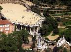 """<strong>Park Güell</strong> <br></br> Park Güell to duży ogród z elementami architektonicznymi zaprojektowany przez katalońskiego architekta Antonio Gaudíego na życzenie jego przyjaciela Eusebi Güella, przemysłowca barcelońskiego, który – zauroczony angielskimi """"miastami-ogrodami"""" – przedsięwzięcie sfinansował. Projekt w założeniu miał być osiedlem dla bogatej burżuazji. Prace trwały w latach 1900-1914. Projektu tego Gaudí nigdy nie ukończył. Powstało jedynie pięć budynków: dwa pawilony po dwóch stronach głównego wejścia oraz trzy inne w samym parku. W jednym z nich od roku 1906 mieszkał sam Gaudí. W 1922 roku władze Barcelony wykupiły teren i przekształciły go w park miejski. <br></br> Park jest otoczony murem, zbudowanym z kamieni o nieregularnym kształcie. Znajduje się w nim siedem bram. Nad główną bramą znajdują się dwa medaliony ze słowami """"Park"""" i """"Güell"""", ułożonymi za pomocą mozaiki trencadis – kawałków potłuczonych, ceramicznych płytek. Park składa się z wielu fragmentów zieleni, pociętych systemami krętych ścieżek, mostków i ciągami schodów. <br></br> Fot. Amadalvarez / Wikimedia Commons / CC-BY-SA"""