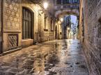 <strong>Barri Gòtic</strong> <br></br> Barri Gòtic to po polsku Dzielnica Gotycka. Jest to sięgająca średniowiecza zabudowa centrum barcelońskiego Starego Miasta (Ciutat Vella). Rozciąga się pomiędzy wybrzeżem Morza Śródziemnego a rondem Sant Pere oraz między aleją La Rambla i ulicą Via Laietana. Ważnymi obiektami są tu m.in.: katedra św. Eulalii, bazylika La Mercé, pozostałości świątyni Augustusa oraz kawiarnia Els Quatre Gats.