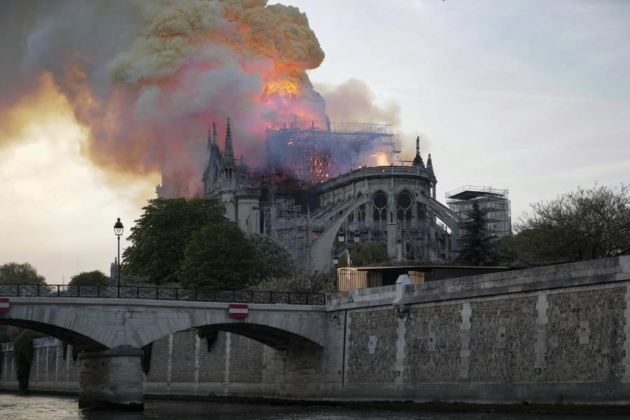 Notre-Dame w Paryżu - pożar mid-epa07509071