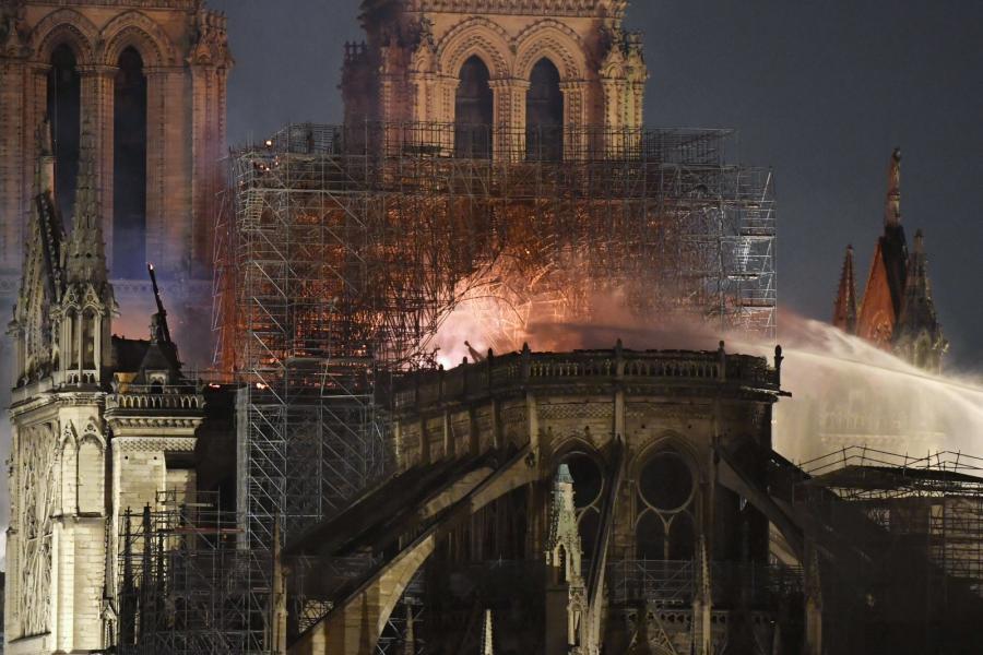 Notre-Dame w Paryżu - pożar mid-epa07509126