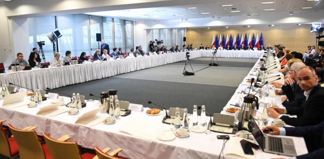 Okrągły stół edukacyjny  Morawiecki: Chcę obiecać wszystkim