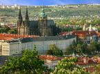 <strong>Zamek na Hradczanach</strong> <br></br> Hradczany (czes. Hradčany) to obok Rynku Staromiejskiego najważniejsza część Pragi. Sercem dzielnicy królewskiej jest kompleks zamkowy wraz z okalającymi ogrodami (zwiedzać można niektóre wnętrza zamkowe oraz ogrody). Zabudowa zamkowa istnieje tu już od niemal 1200 lat. Na dziedzińcu wartę pełnią gwardziści.  <br></br> Zwiedzanie zabytkowych wnętrz możliwe jest w sezonie letnim (od kwietnia do października) w godz. 9-17. Bilety dla zwiedzających Zamek Praski podzielone są na trzy trasy (A, B, C) i kosztują 250-350 koron czeskich.