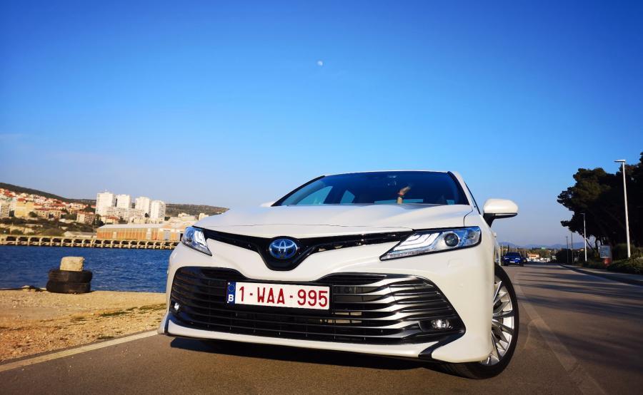 Toyota Camry Hybrid - nowa generacja limuzyny / dziennik.pl
