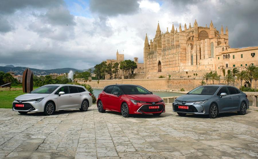Toyota Corolla występuje także jako kombi 2.0 Hybrid oraz hybrydowy sedan 1.8/122 KM / Toyota