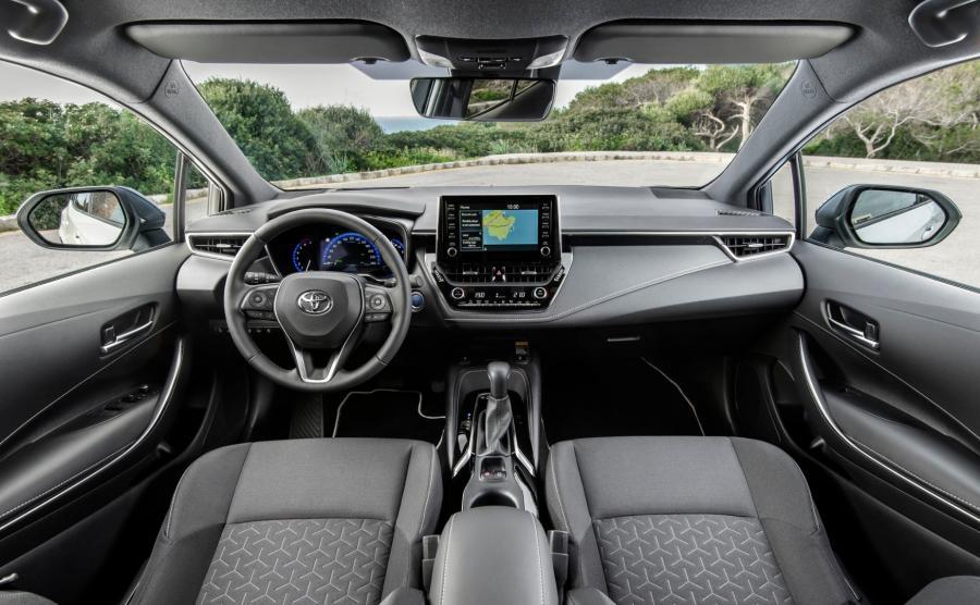 Toyota Corolla. Nowe wnętrze, nowe materiały, nowa jakość. W wersji z 2-litrową hybrydą kierowca może łopatkami wybierać pomiędzy sześcioma wirtulanymi przełożeniami / Toyota