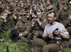"""<strong>2. I młodzi pozostaną</strong> <br><br> Laureat Oscarów Peter Jackson (trylogie """"Władca Pierścieni"""" i """"Hobbit"""") w swoim pierwszym filmie dokumentalnym zgłębia mroczną historię pierwszej wojny światowej. To stworzony z oryginalnych odrestaurowanych materiałów ze zbiorów londyńskiego Imperial War Museum, z wykorzystaniem przetworzonego dźwięku z archiwum BBC oraz wywiadów z żołnierzami niezwykły obraz, ożywiający rzeczywistość wojny na linii frontu za pomocą nowoczesnych technik produkcji, wyostrzenia i barwienia archiwalnej taśmy filmowej. To jeden z najdroższych filmów eksperymentalnych kina dokumentalnego ostatnich lat. <br><br> Film prezentuje niezwykłe spojrzenie na żołnierzy i wydarzenia I wojny światowej przedstawione na ekranie w sposób, jakiego dotąd nikt nie widział. Patrzymy jak żołnierze jedli, spali i przyjaźnili się, a także jak wyglądało ich życie z dala od okopów. Obrazy sprzed wieku wyglądają tak, jakby zostały zrobione wczoraj, a przerobienie zdjęć z czarno-białego formatu na kolorowy ukazuje niewidzialne dotąd szczegóły. Dzięki temu film oferuje mocne, porywające i niezwykle przejmujące przeżycie wojny. Stara się przywrócić głos wojennym weteranom i przypomnieć obraz pokolenia zmienionego raz na zawsze przez globalną wojnę. Film powstał z okazji 100-lecia zakończenia I wojny światowej. Jackson zadedykował go swojemu dziadkowi, który walczył na wojnie."""