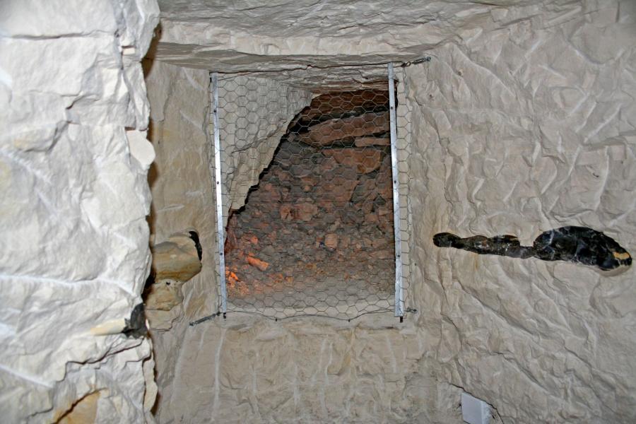 Neolityczny chodnik w kopalni Krzemionki. Źródło: Wikipedia, autor zdjęcia: Pe pawel