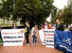 """""""500 zł bez kryterium"""". Niepełnosprawni i ich opiekunowie protestują przed KPRM"""