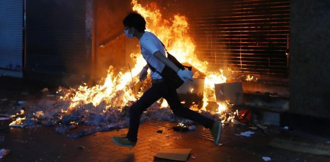 Całą noc trwały starcia między studentami a policją oblegającą kampus politechniki w...