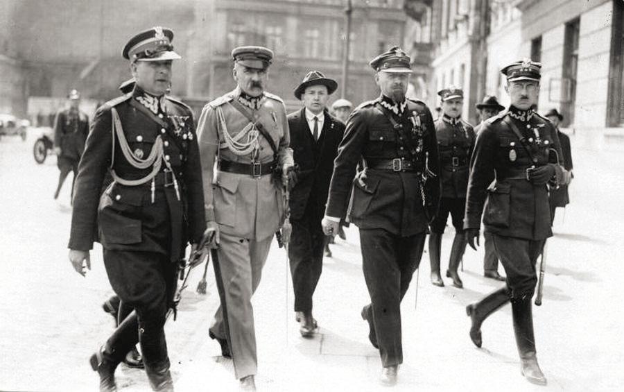 """Bolesław Wieniawa-Długoszowski, Józef Piłsudski, Aleksander Prystor, Wacław Stachiewicz. Plac Saski, 31 maja 1926. Źródło: """"IKC"""" 1926"""