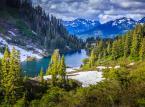 <strong>Park Narodowy Glacier</strong> <br></br> Położony w stanie Montana, przy granicy z Kanadą. Powstał w 1910 roku. Na jego obszarze znajduje się kilka dużych i kilkaset małych jezior polodowcowych. W porze letniej występują liczne wodospady i kaskady utworzone z wód roztopowych.  <br></br> Na północy Park Narodowy Glacier graniczy z kanadyjskim Parkiem Narodowym Waterton Lakes. Łącznie oba parki tworzą ustanowiony w 1932 roku Międzynarodowy Park Pokoju Waterton-Glacier.