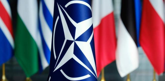 2 proc. PKB to minimum, które państwa członkowskie Sojuszu Północnoatlantyckiego powinny wydawać na obronność.