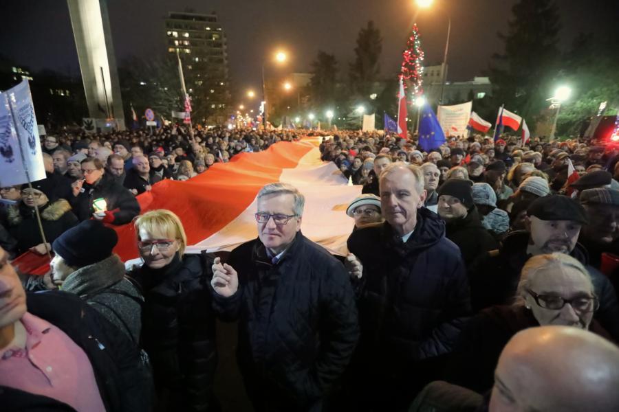 Były prezydent Bronisław Komorowski i senator Bogdan Klich uczestniczą w proteście pod hasłem Dziś sędziowie - jutro ty przeciwko nowelizacji ustawy o ustroju sądów powszechnych i Sądzie Najwyższym
