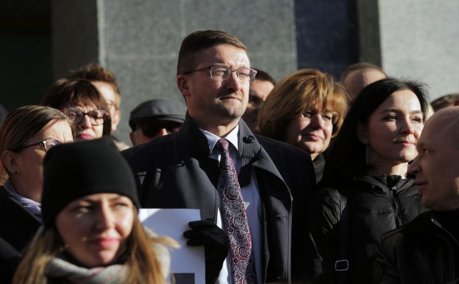 Paweł Juszczyszyn i wspierający go sędziowie