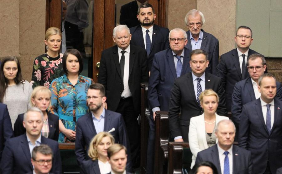 Posłowie wchodzą do Sejmu