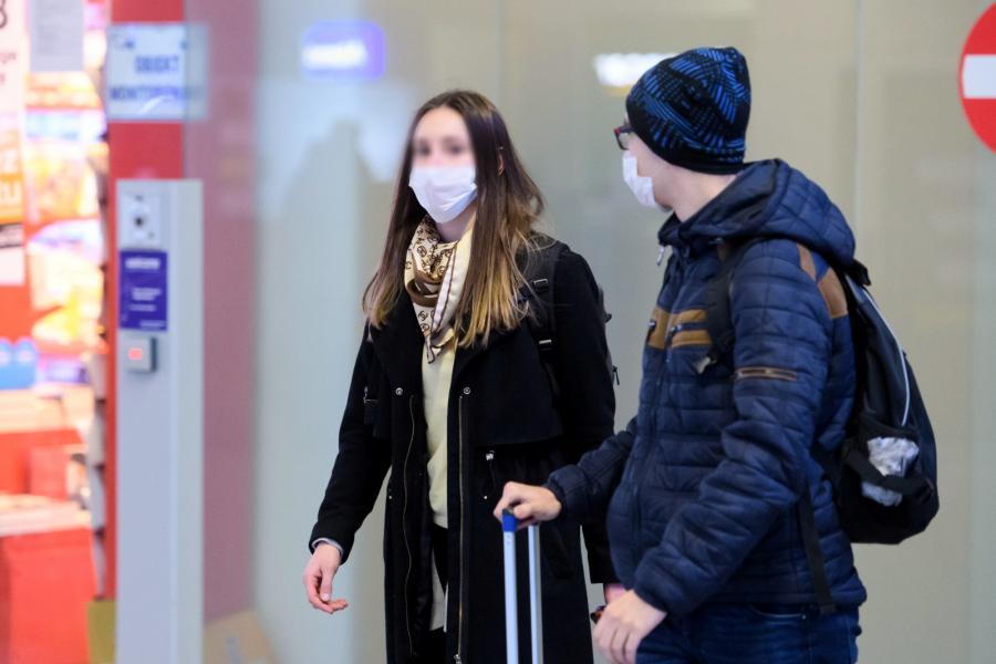 Pasażerowie na lotnisku w Poznaniu