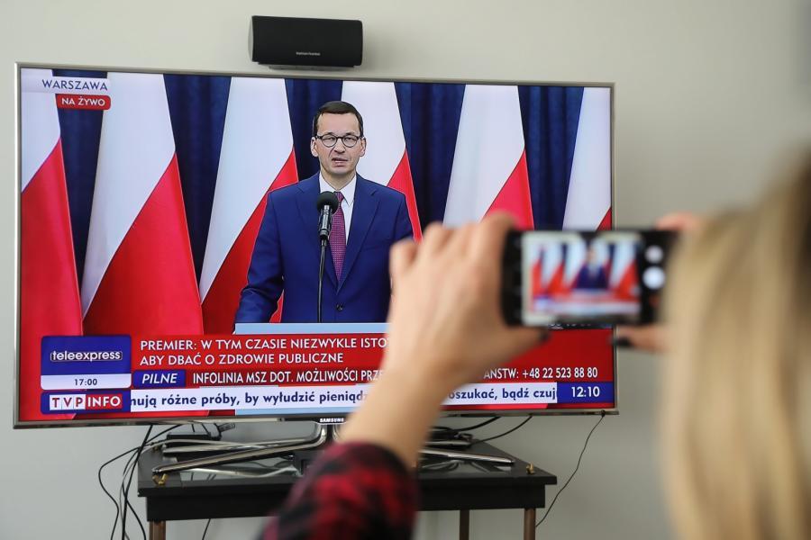 Premier Mateusz Morawiecki podczas transmitowanej przez Telewizję Polską konferencji prasowej po posiedzeniu Rady Gabinetowej