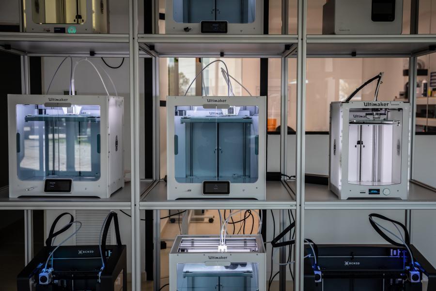 Drukarki 3D w Barcelonie. Urządzenia w czasie pandemii są wykorzystwane do drukowania części do sprzętu medycznego. 26.03.2020, Barcelona, Hiszpania