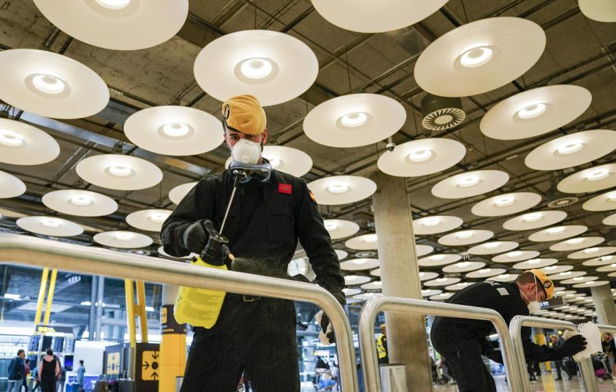 Dezynfekcja lotniska Barajas w Madrycie, Hiszpania, 19.03.2020