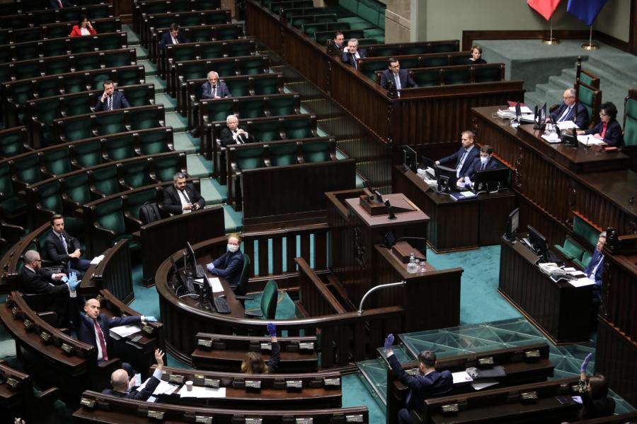 Posłowie podczas wieczornych głosowań w Sejmie