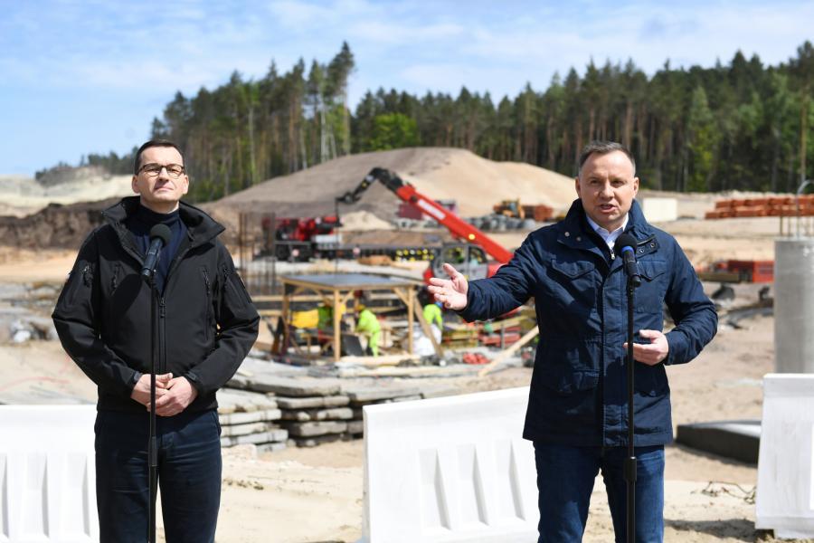 Prezydent Andrzej Duda i premier Mateusz Morawiecki na terenie budowy kanału żeglugowego na Mierzei Wiślanej