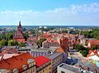 <strong>Olsztyn</strong> <br></br> Największe miasto Warmii położone wśród jezior i lasów, które - ze względu na wiele wspaniałych zabytków - jest częścią Europejskiego Szlaku Gotyku Ceglanego, a taże polskiej części Drogi św. Jakuba, Szlaku Zamków Gotyckich. Przez miasto przebiega także szlak turystyczny czerwony w ramach Szlaku Grunwaldzkiego oraz część szlaku poświęconego Mikołajowi Kopernikowi.