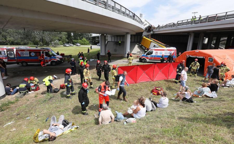Szpital polowy na miejscu wypadku autobusu miejskiego w Warszawie