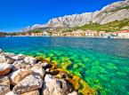 <strong>Riwiera Makarska</strong> <br></br> Makarsko primorje to jeden z najchętniej odwiedzanych regionów turystycznych Chorwacji. Z jednej strony ciepły i czysty Adriatyk, urozmaicone wybrzeże, pasmo plaż i promenad - z drugiej strony masyw górski Biokovo z pięknymi punktami widokowymi na pobliskie osady i miejowości. Sercem tego regionu jest największe miasto i bardzo znany kurort - Makarska. By podziwiać okolice z góry warto się wybrać na wędrówkę jednym z wielu oznakowanych szlaków turystycznych, np. trasą Makarska – Makar – Vošac – Sveti Jure. W obrębie Riwiery Makarskiej do popularnych miejsc wypoczynku należą także miasta Tučepi i Podgora. Północnym krańcem Riwiery Makarskiej jest miejscowość Brela. Południowy koniec regionu znajduje się w gminie Gradac.  <br></br> Do najpiękniejszych plaż Riwiery Makarskiej zalicza się m.in. plażę Nugal (okolice Tučepi) oraz wysoko ocenianą plażę Punta Rata. Najdłuższą plażą jest ta znajdująca się w samym Tučepi - liczy sobie 4 km. Wybrać się warto także na plażę Nikolina w miejscowości Baška Voda. Jedną z najpopularniejszych i najbardziej rozwiniętych jest plaża Donja Luka usytuowana w samym centrum Makarskiej.