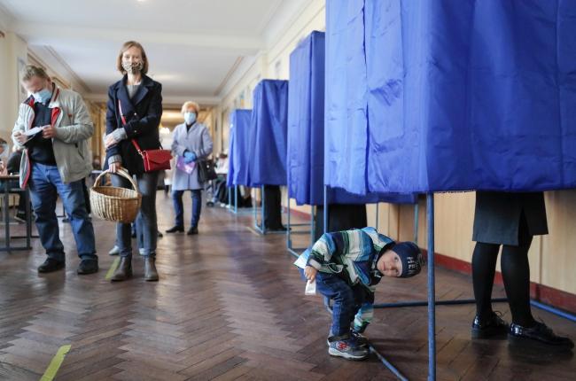Wyborcy dostawali prezenty, np. kaszę gryczaną, maski czy rękawiczki