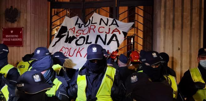 """Strajk Kobiet: """"Blokada Warszawy"""". Aktywiści przykuli się do bramy MEN [ZDJĘCIA]"""